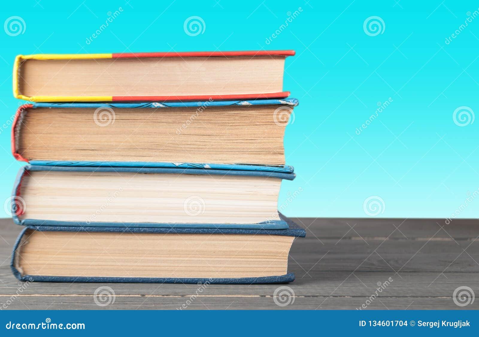 Böcker på en tabell på en grön bakgrund