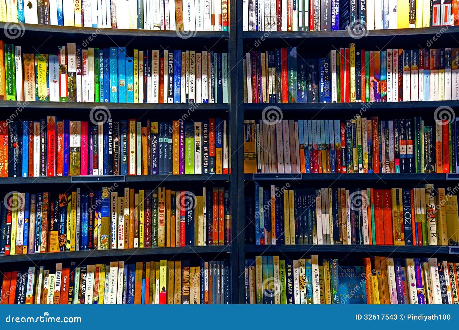 Böcker på hyllor