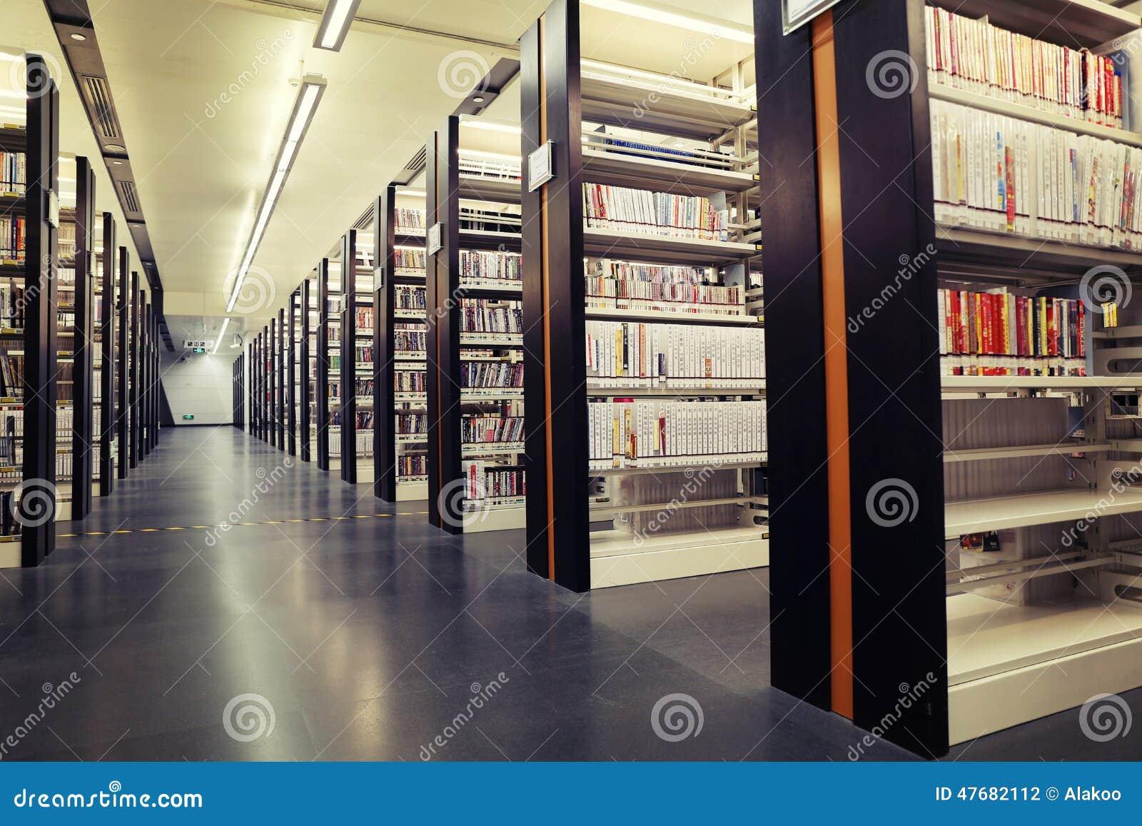 Böcker på hyllor i arkiv, arkivbokhyllor med böcker, arkivbokhyllor, bookracks