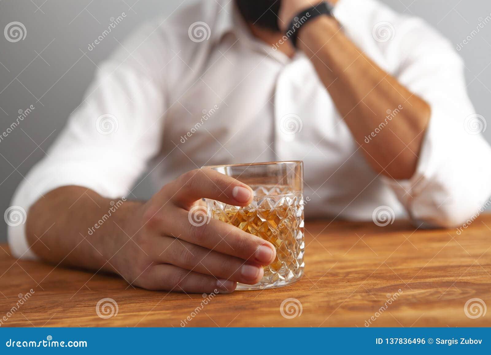 Böjelse för affärsmandrinkalkohol