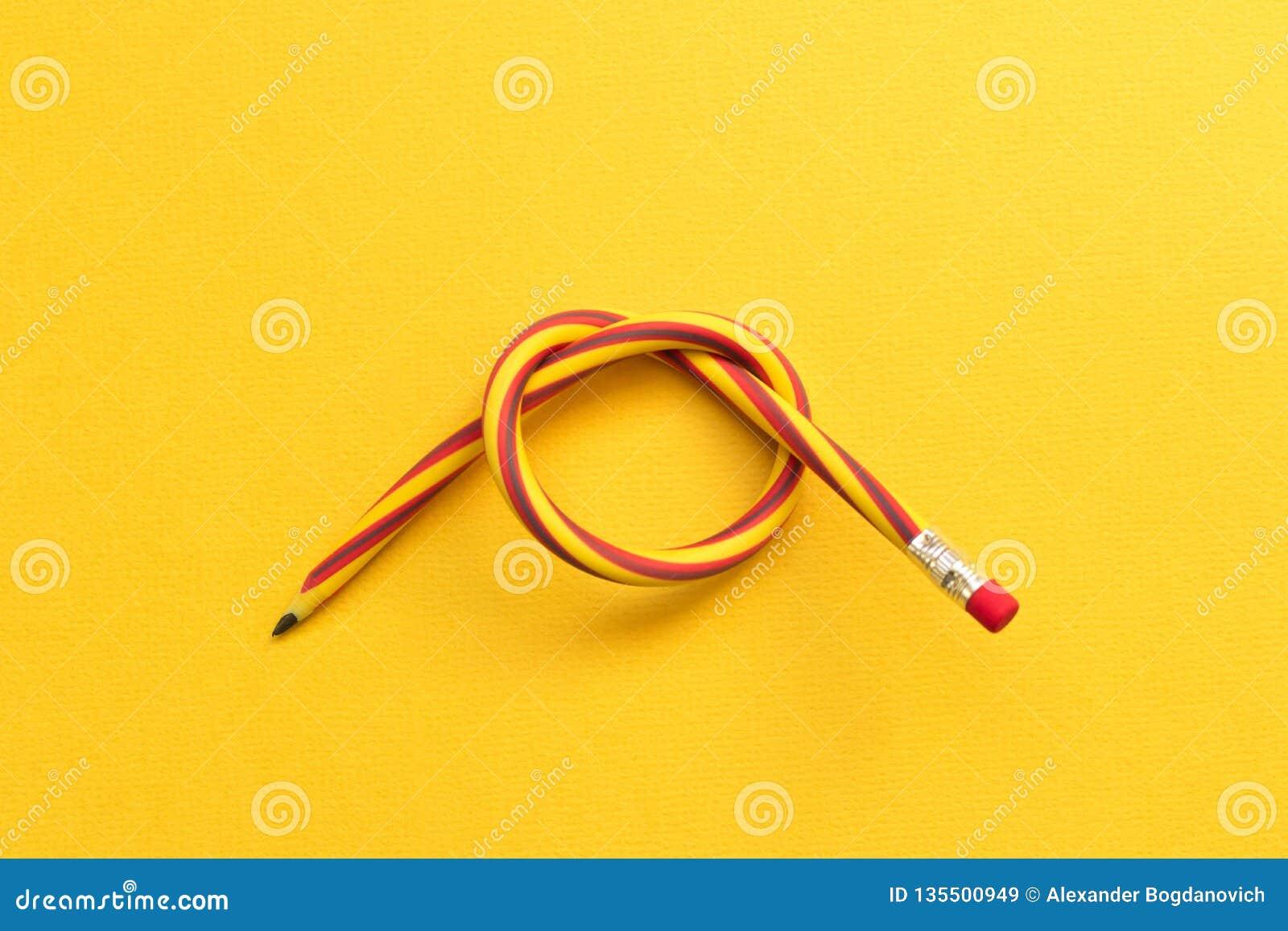 Böjlig blyertspenna Isolerat på gul bakgrund