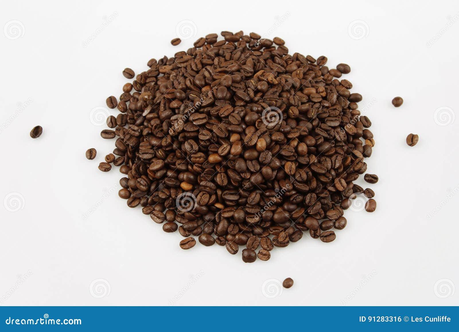 Bönor frukosterar ideal isolerad makro för kaffe över white