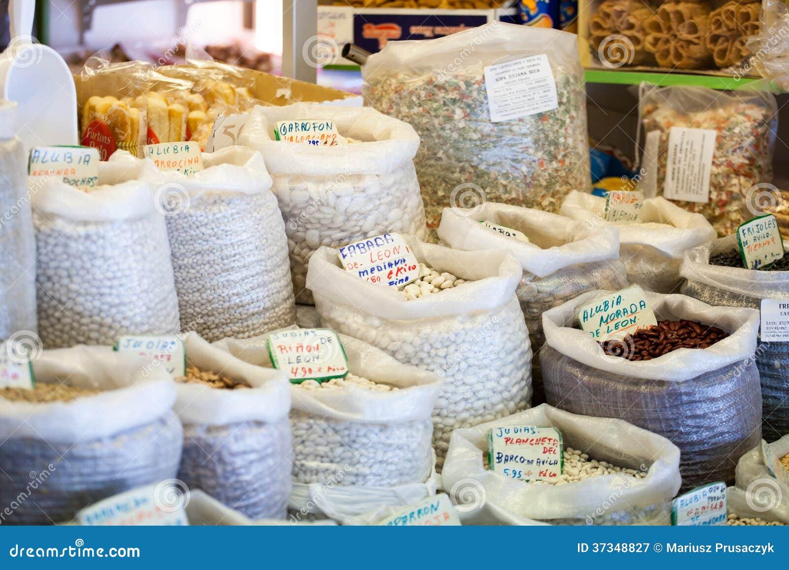 Bönor och ärtor i den lokala marknaden, Spanien