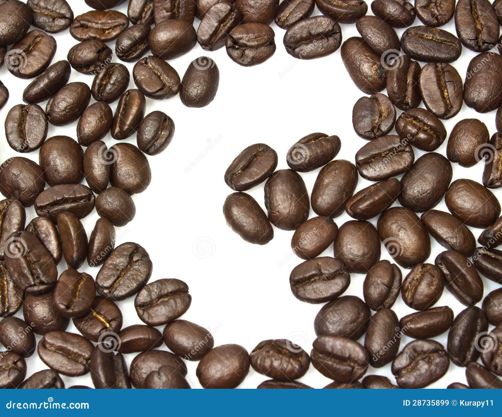 Bönorna för kaffe för c-mellanrum som de brunt grillade isoleras på vitbackgroun