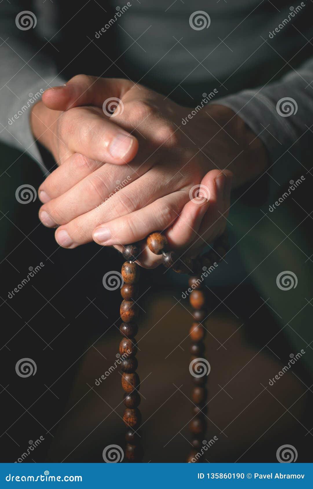 Bönpärlor för meditation i mäns händer Fred, medvetenhet och mindfulness