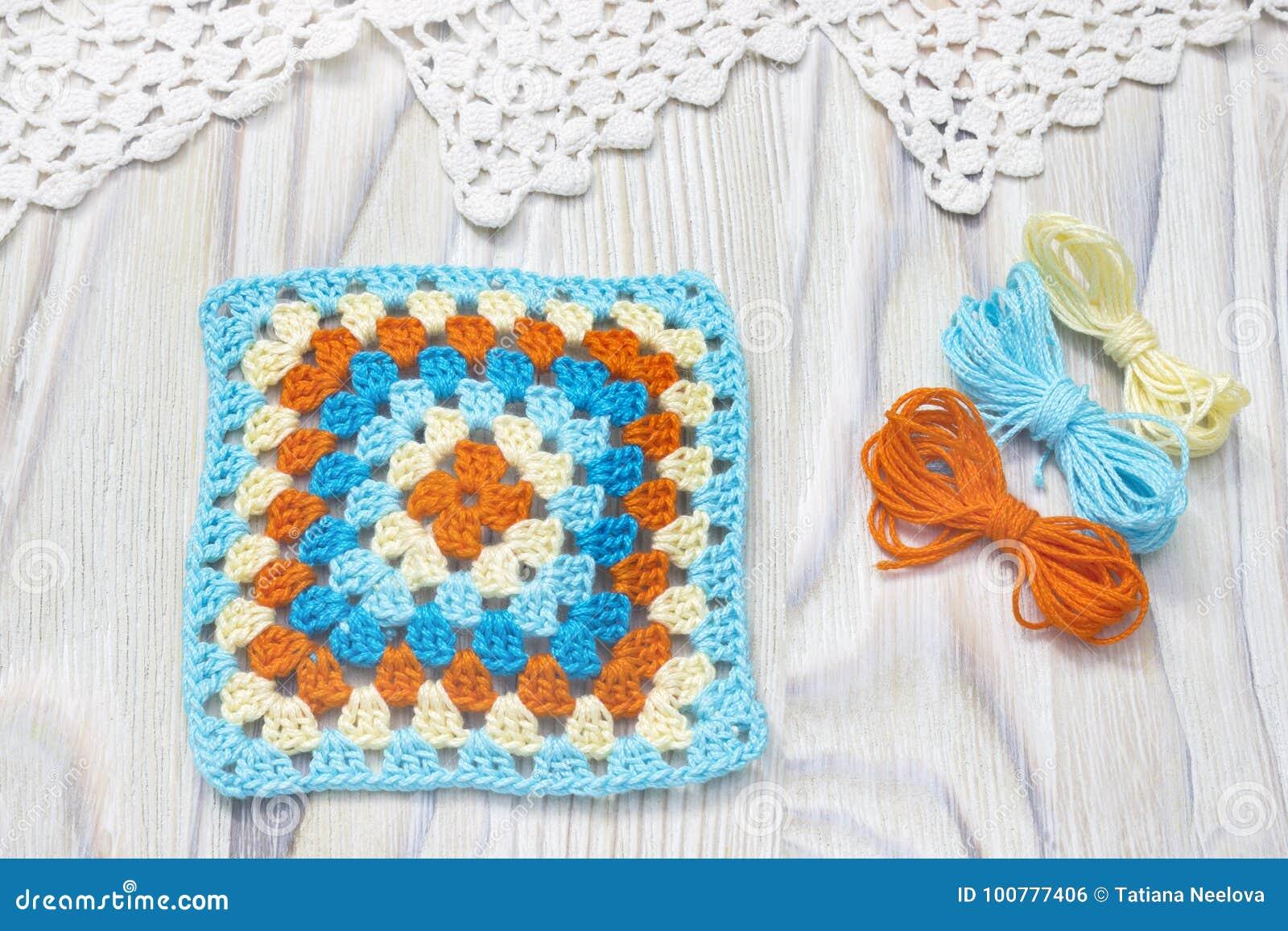 Början av den ljusa plädet, filt För för farmorfyrkant och garn för virkning handgjorda bollar Färgrikt original stuckit handgjor