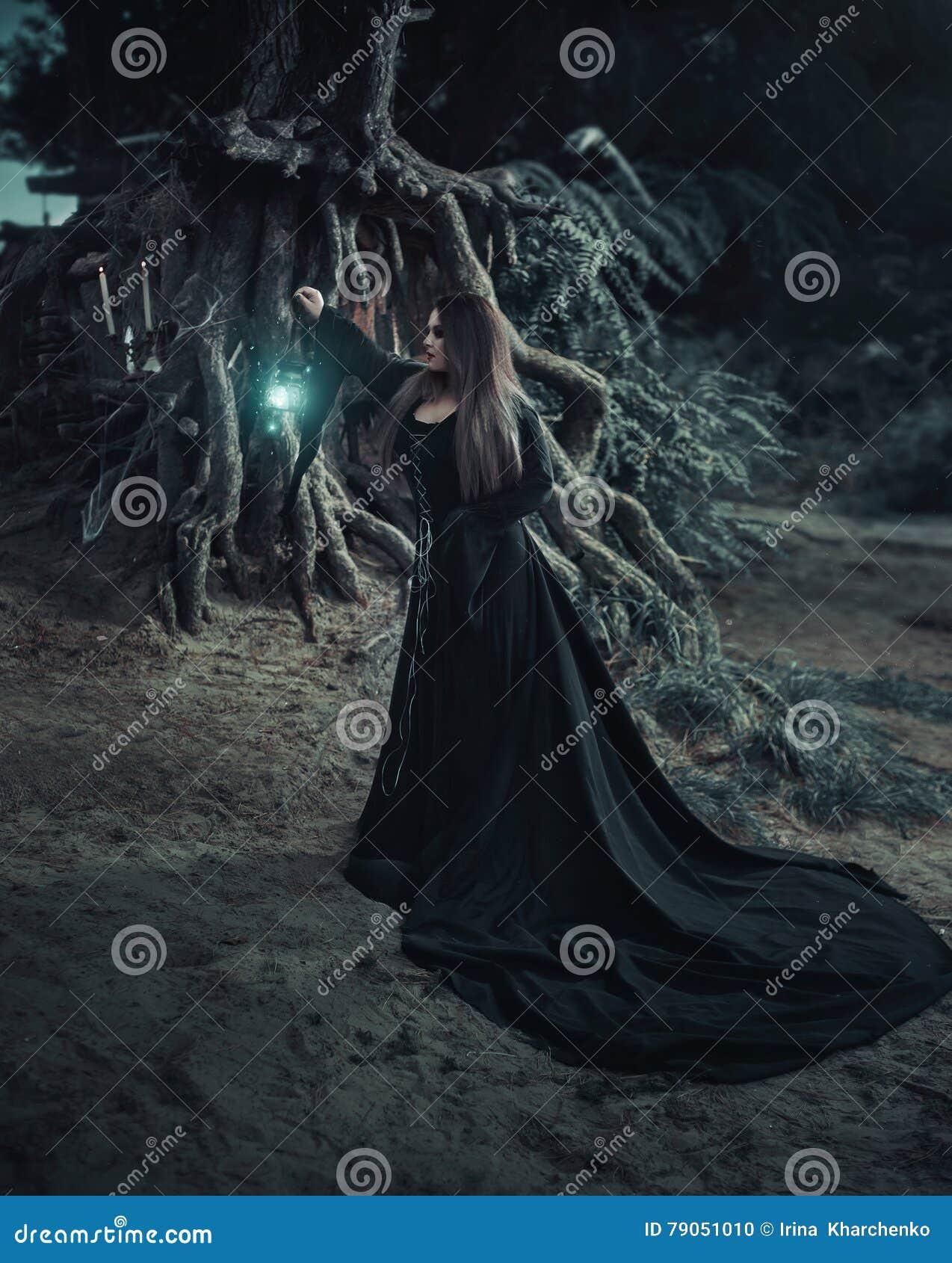 Böse Hexe in einem langen Weinlesekleid, erwähnt den Geist