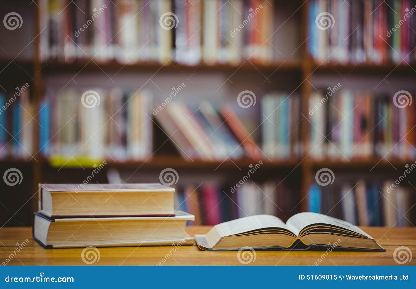 Bücher Auf Schreibtisch In Der Bibliothek Stockbild Bild Von