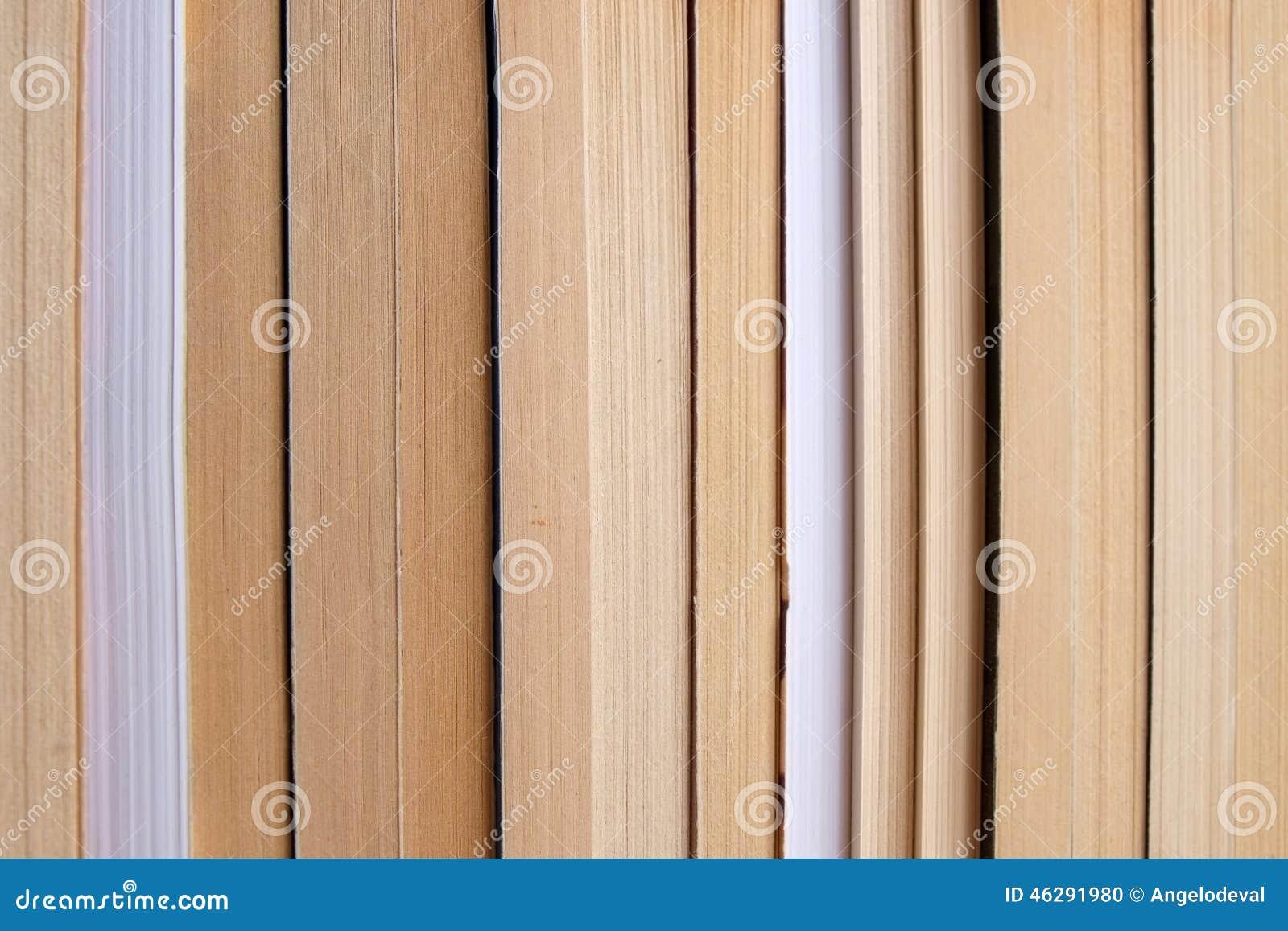 Bücher nebeneinander  Bücher Vereinbart Nebeneinander Auf Einem Regal Stockfoto - Bild ...