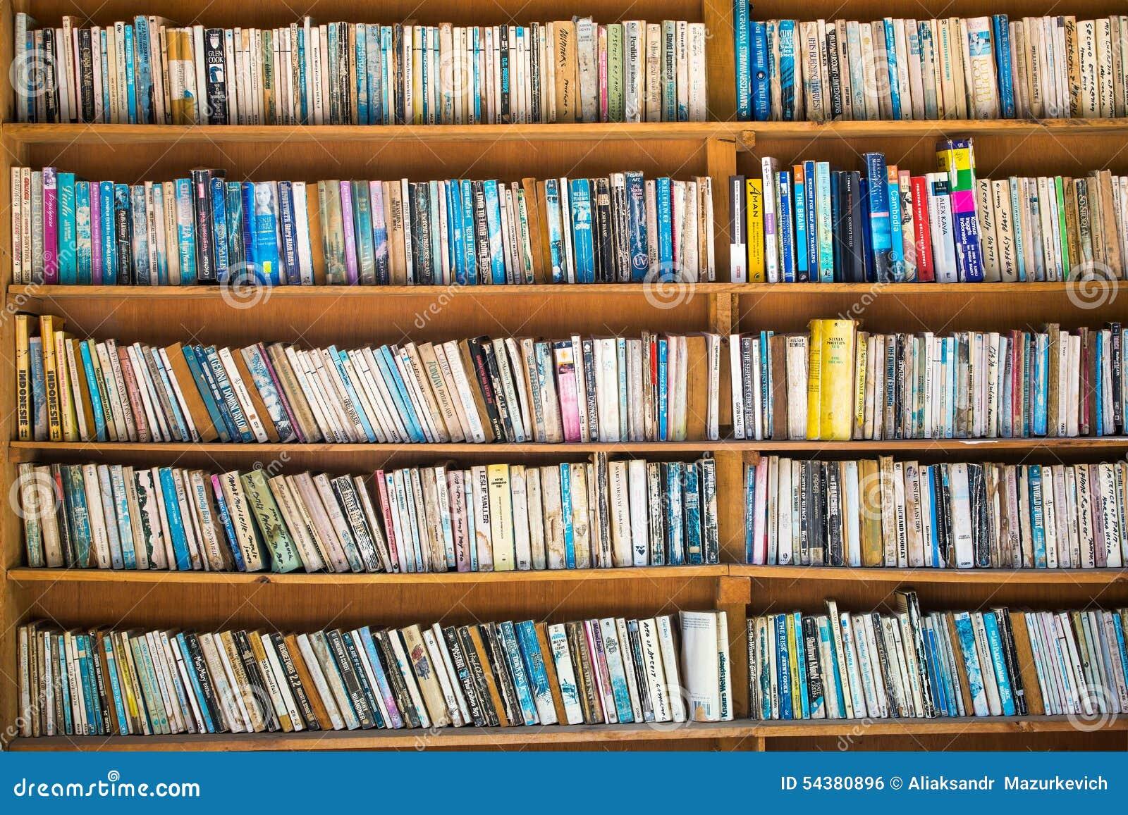 Bücherregale auf Straßenmarkt herein im Gebrauchtbuchladen