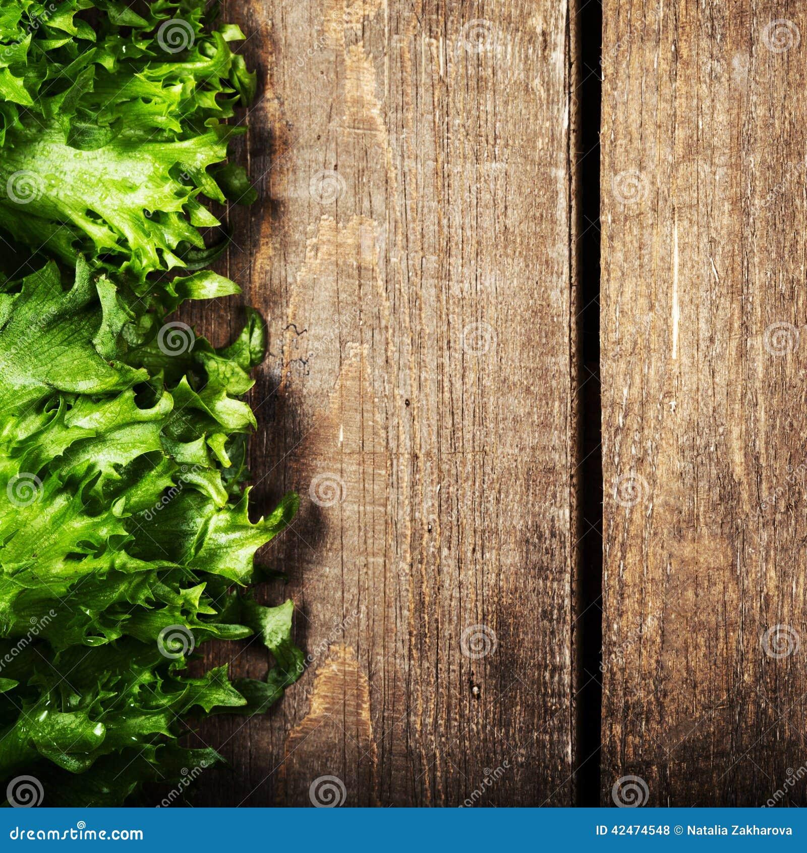 Bündel Eignungs-Salat auf hölzernem Hintergrund Nähren Sie Lebensmittel und heilen Sie