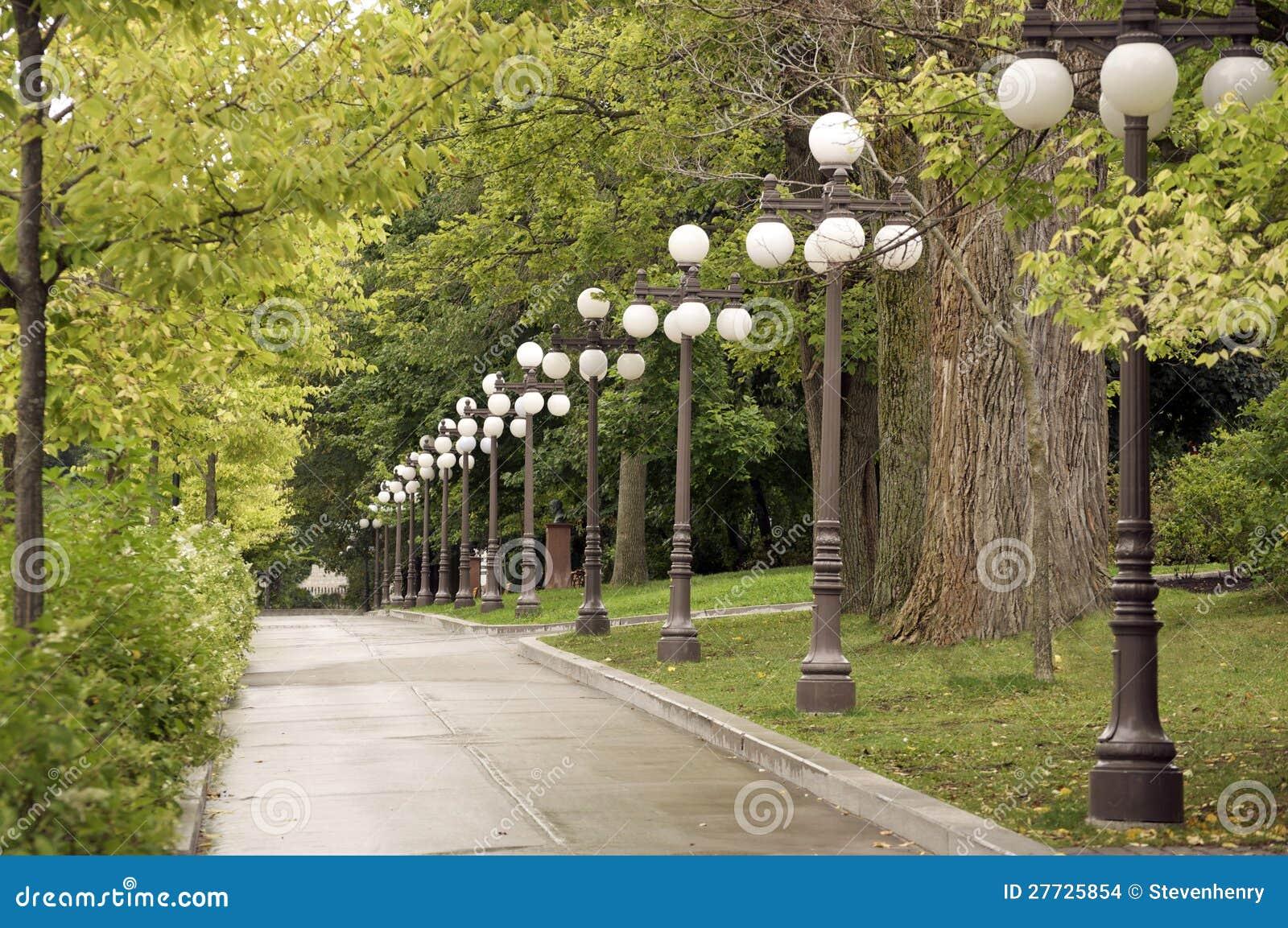 Bürgersteig zeichnete mit Bäumen und Lampen