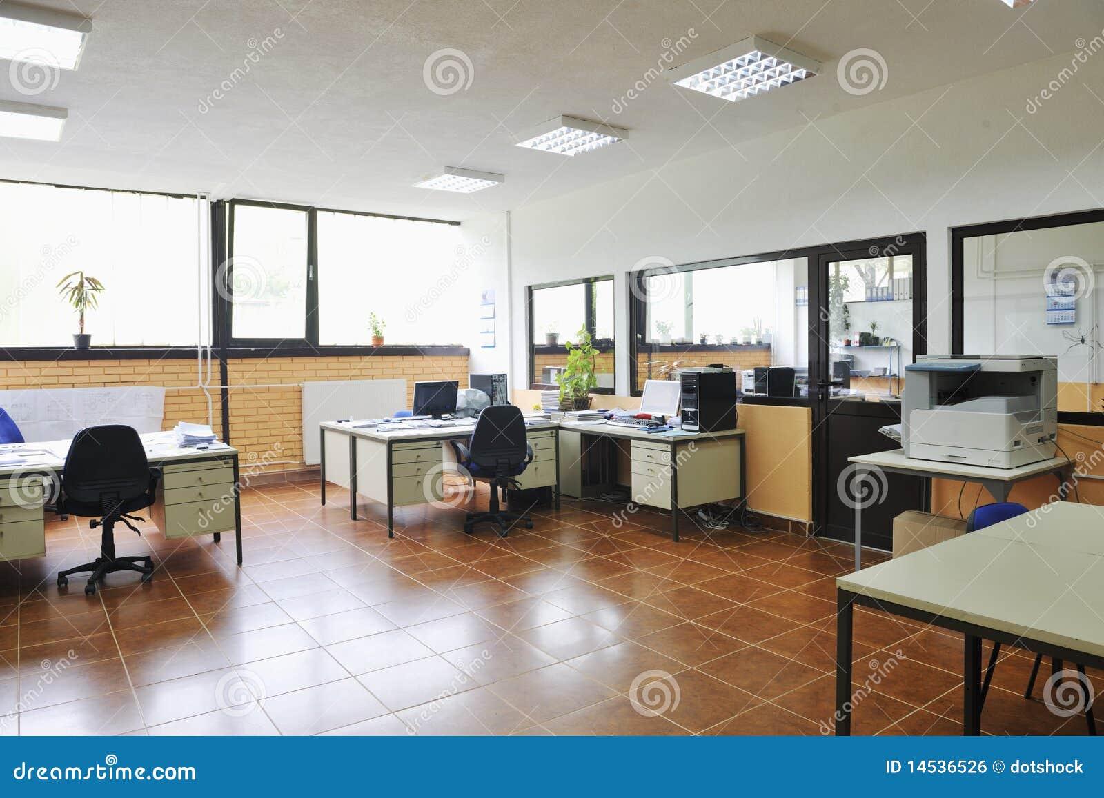 Buro Mit Den Computern Innen Stockfoto Bild Von Hell Fenster