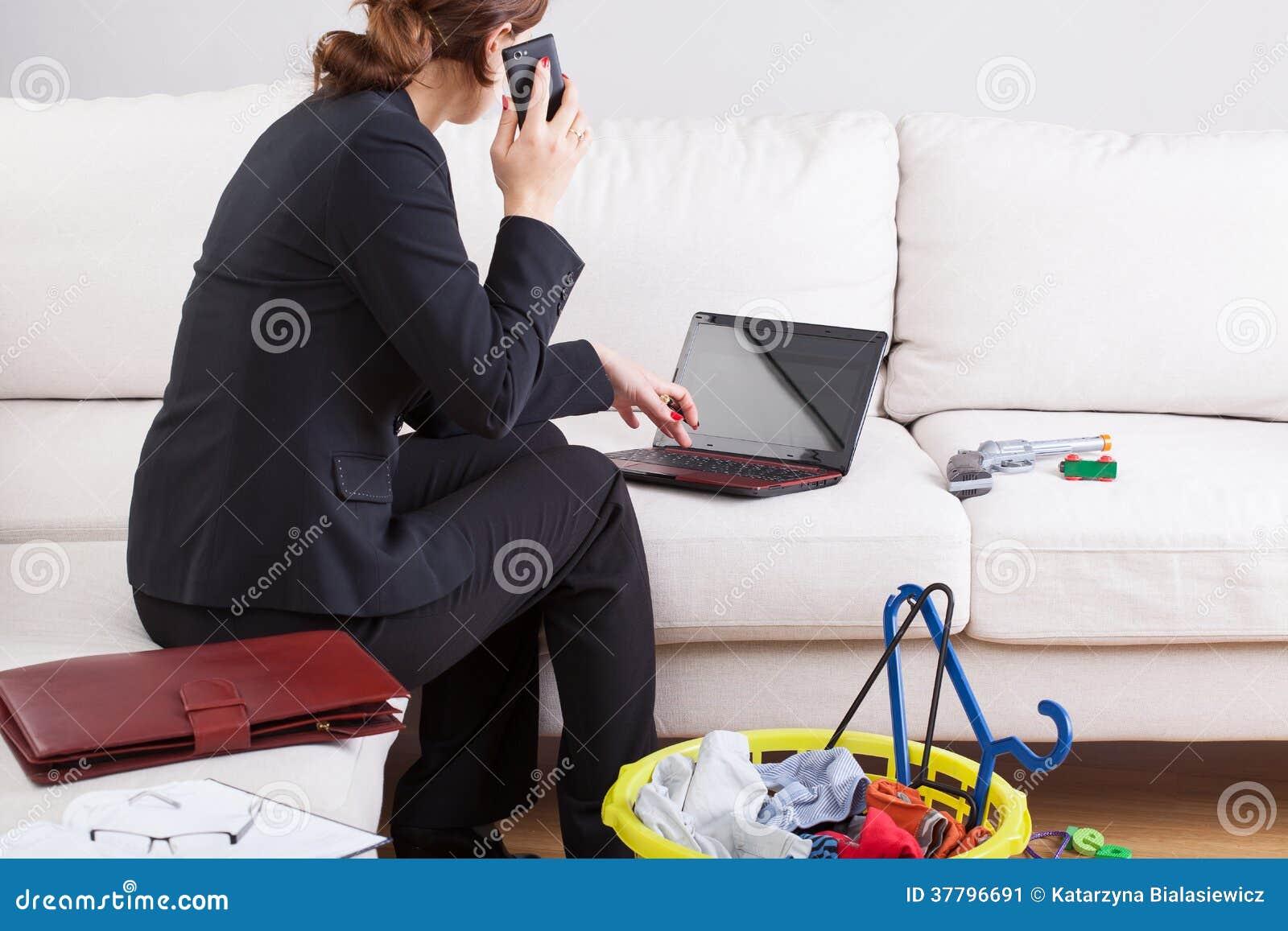 Büroarbeit zu Hause stockbild. Bild von workaholic ...