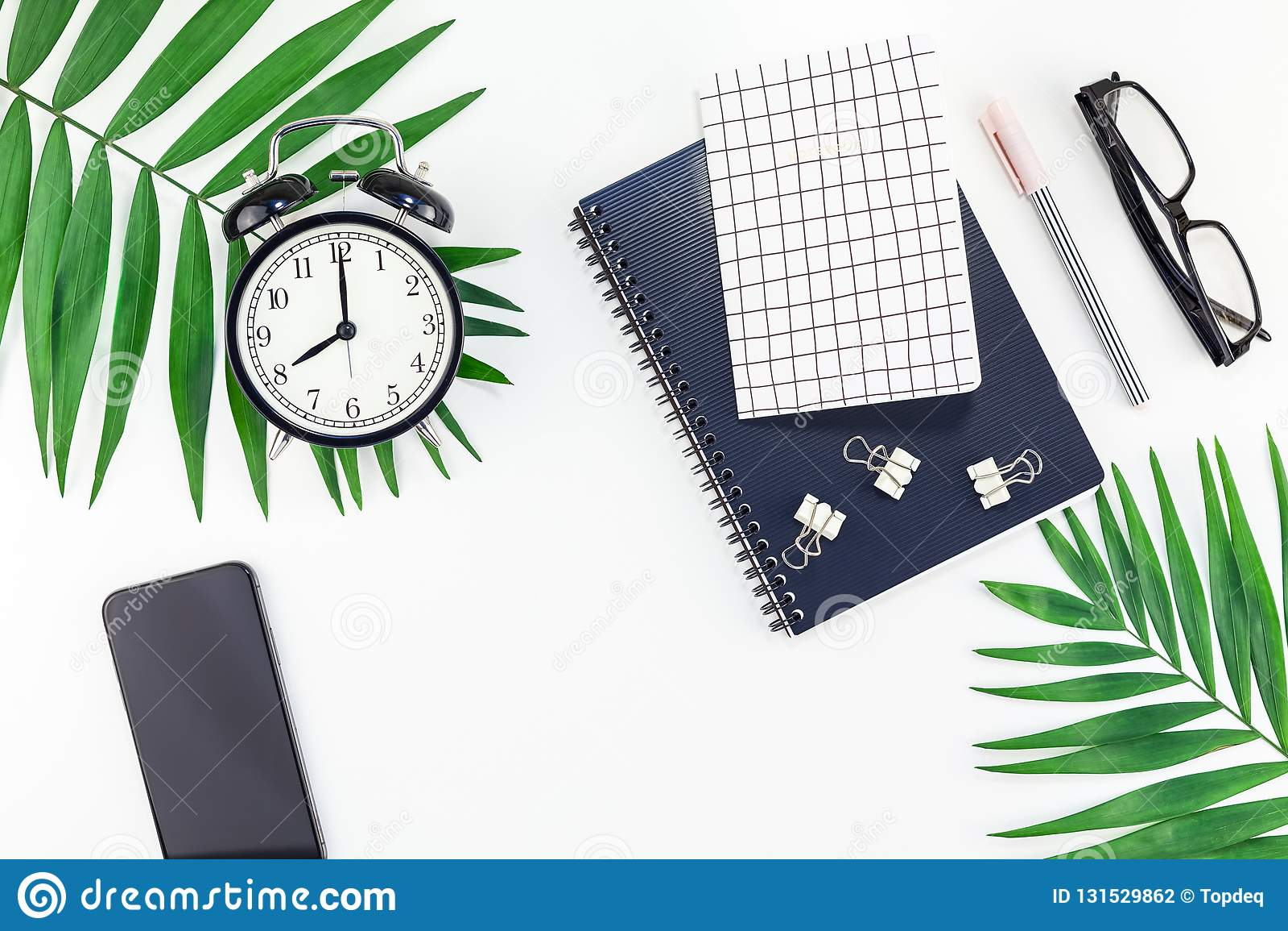 Büroarbeitsplatzschreibtisch der Draufsicht redete flacher gelegter Smartphonekopien-Raumschwarzes Palmblätter des Entwurfsbüroar