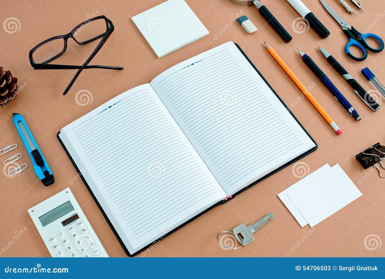 Büroartikel Ordentlich Organisiert Um Notizbuch Stockbild - Bild von ...