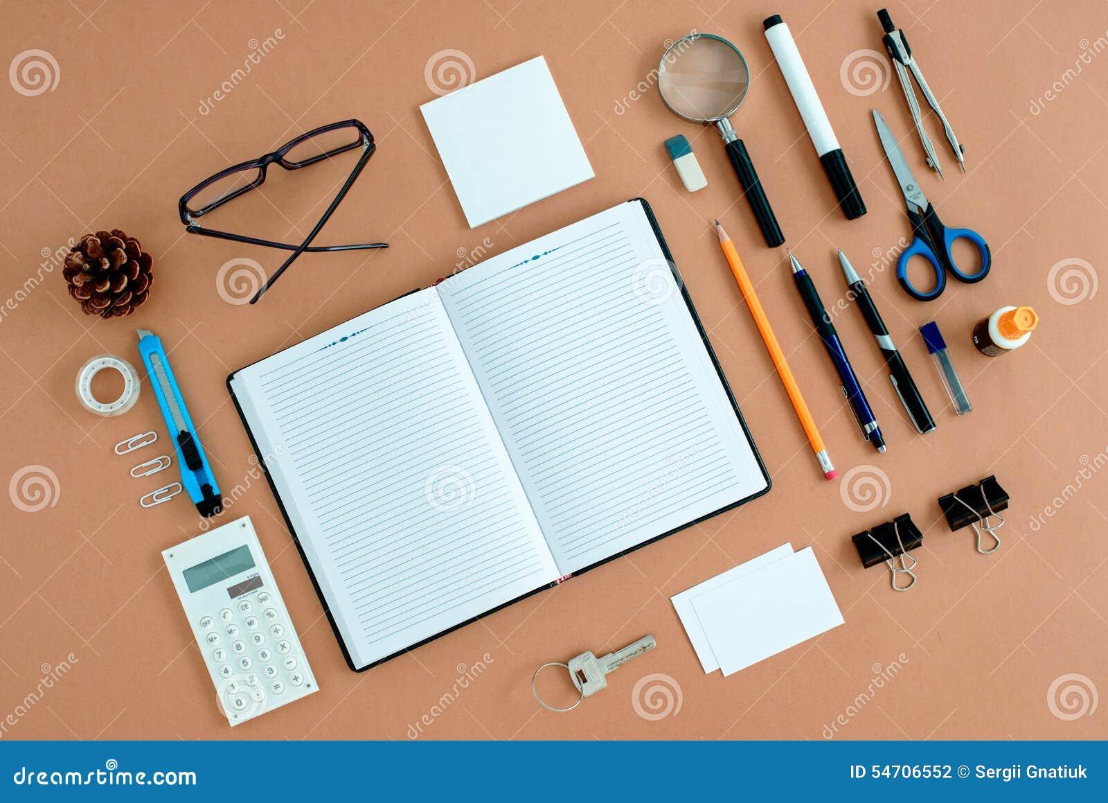 Büroartikel Ordentlich Organisiert Um Notizbuch Stockfoto - Bild von ...
