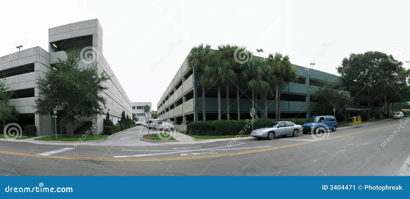 Bürohaus und Straße
