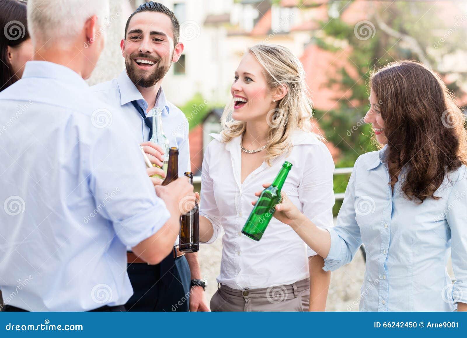 Burokollegen Die Nach Der Arbeit Bier Trinken Stockfoto Bild Von