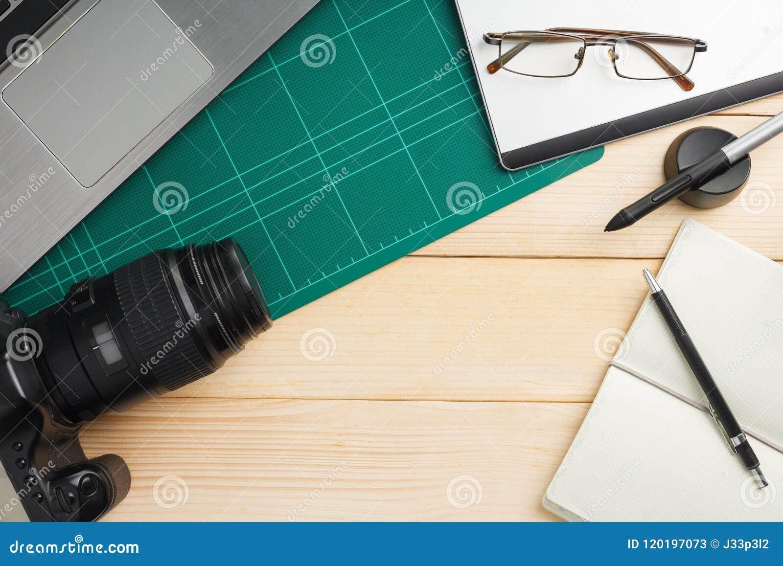 Büromaterial und -geräte auf hölzernem Schreibtisch