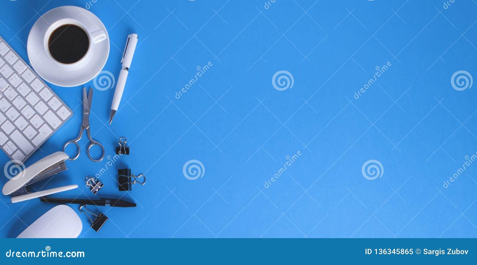 Bürozubehöre auf blauem Hintergrund