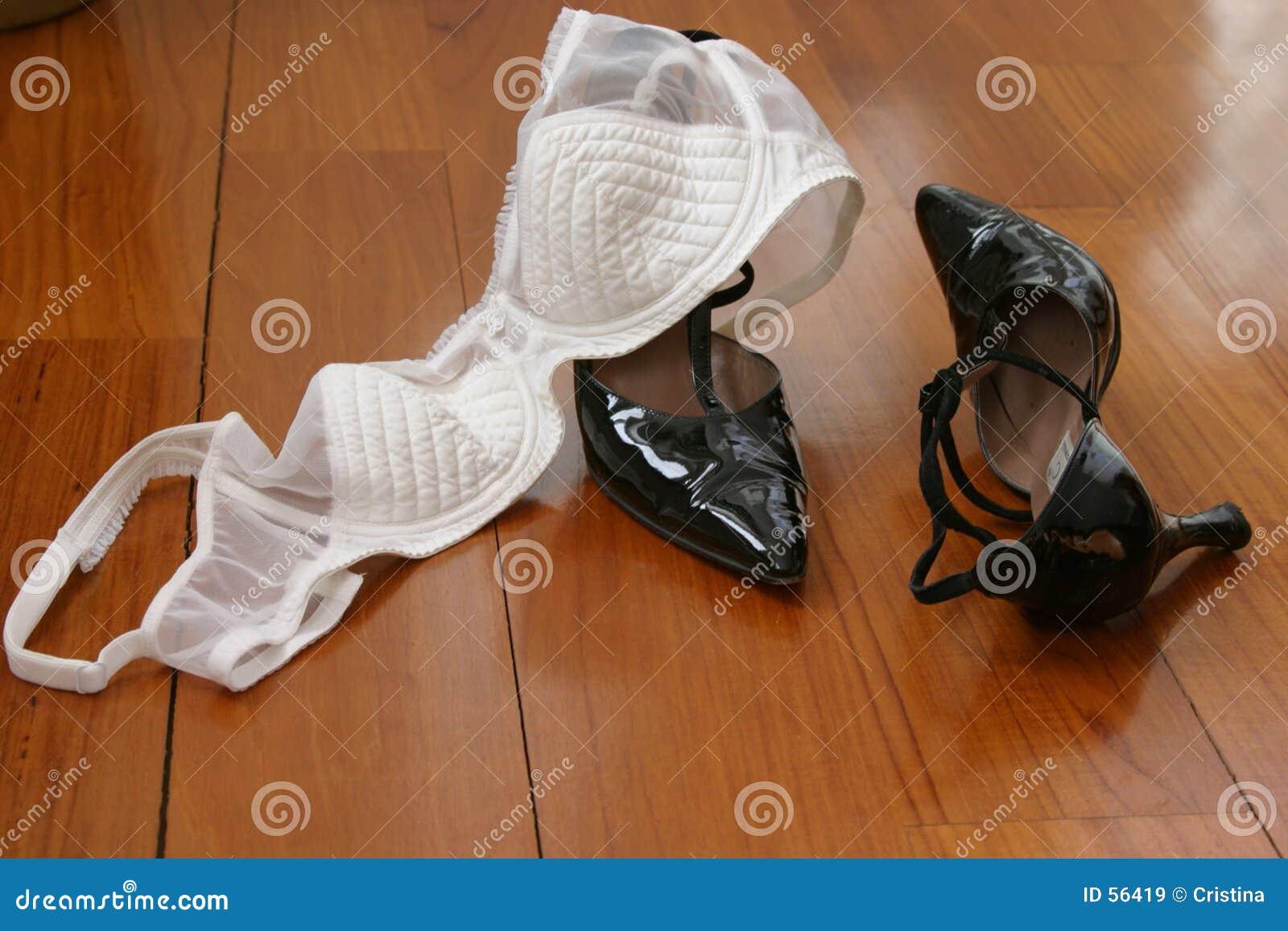 Büstenhalter und Schuhe