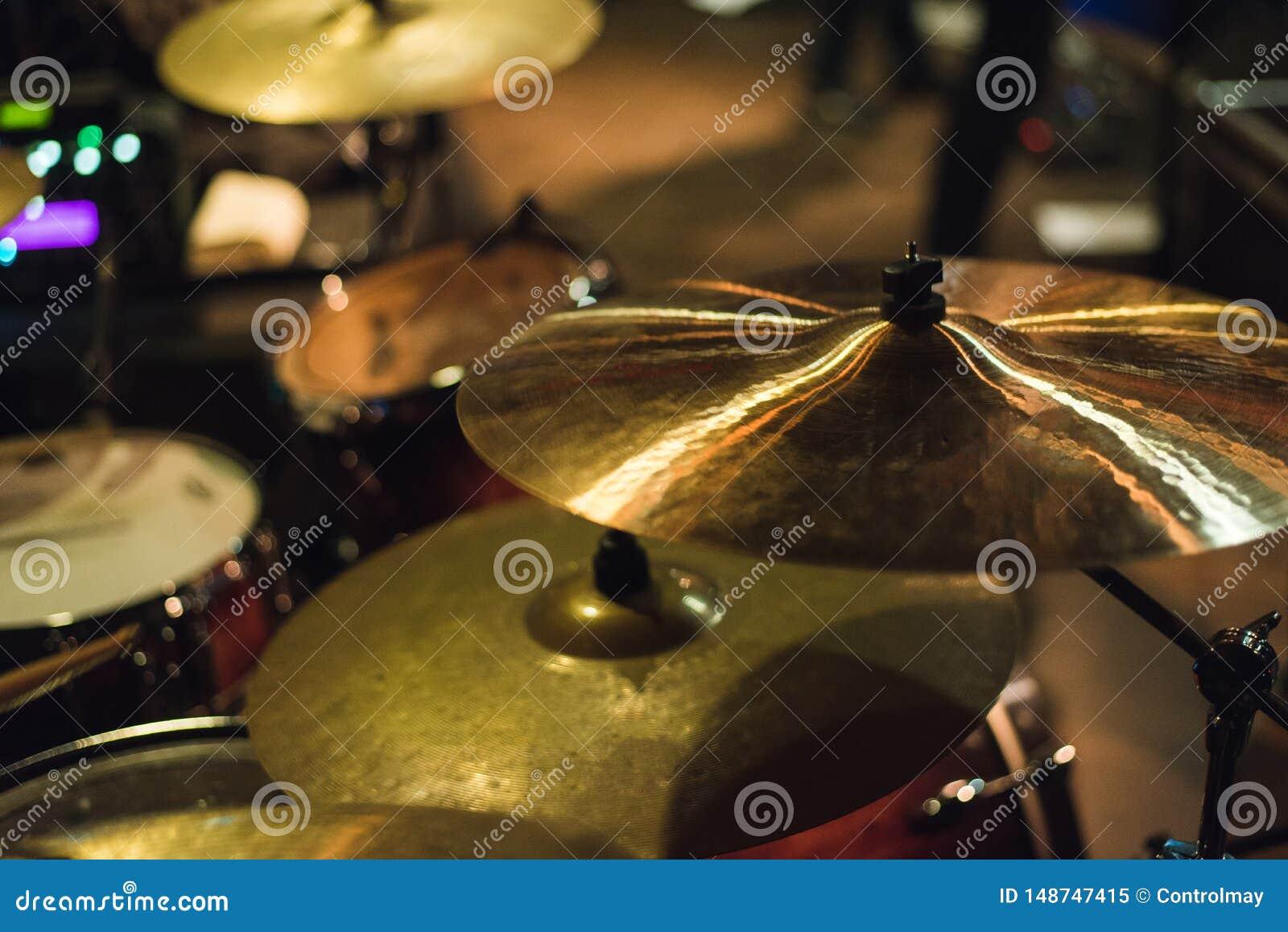 Bęben ustawiający przy rockowym koncertem Bęben muzyki talerz i muzykalny bęben