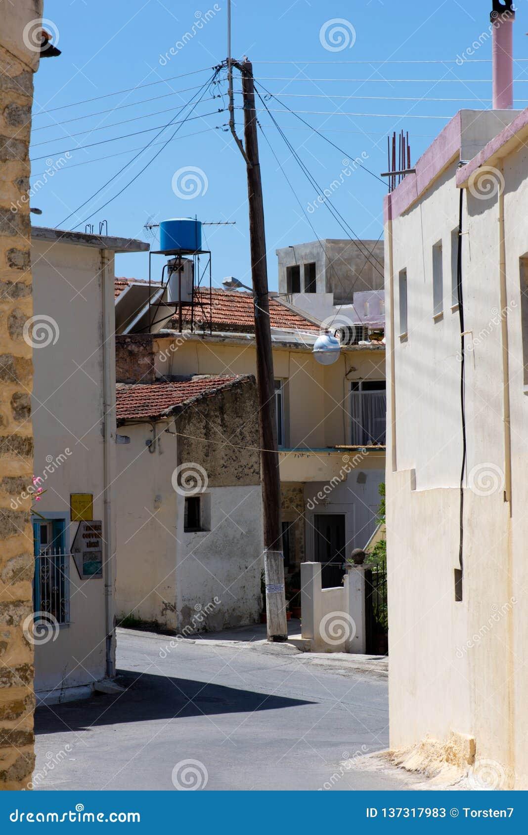 Błędnikowe ulicy w Zarros z elektryczność słupem