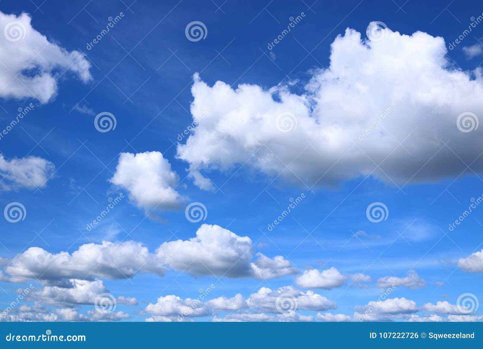 Błękit chmurnieje cumulusu niebo