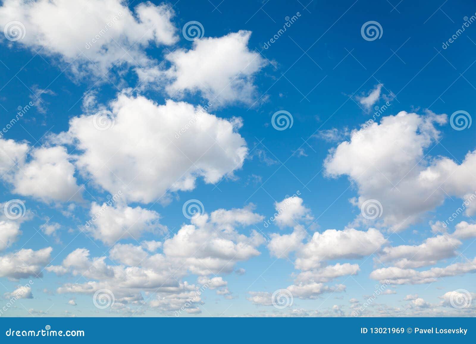 Błękit chmurnieje niebo puszystego biel