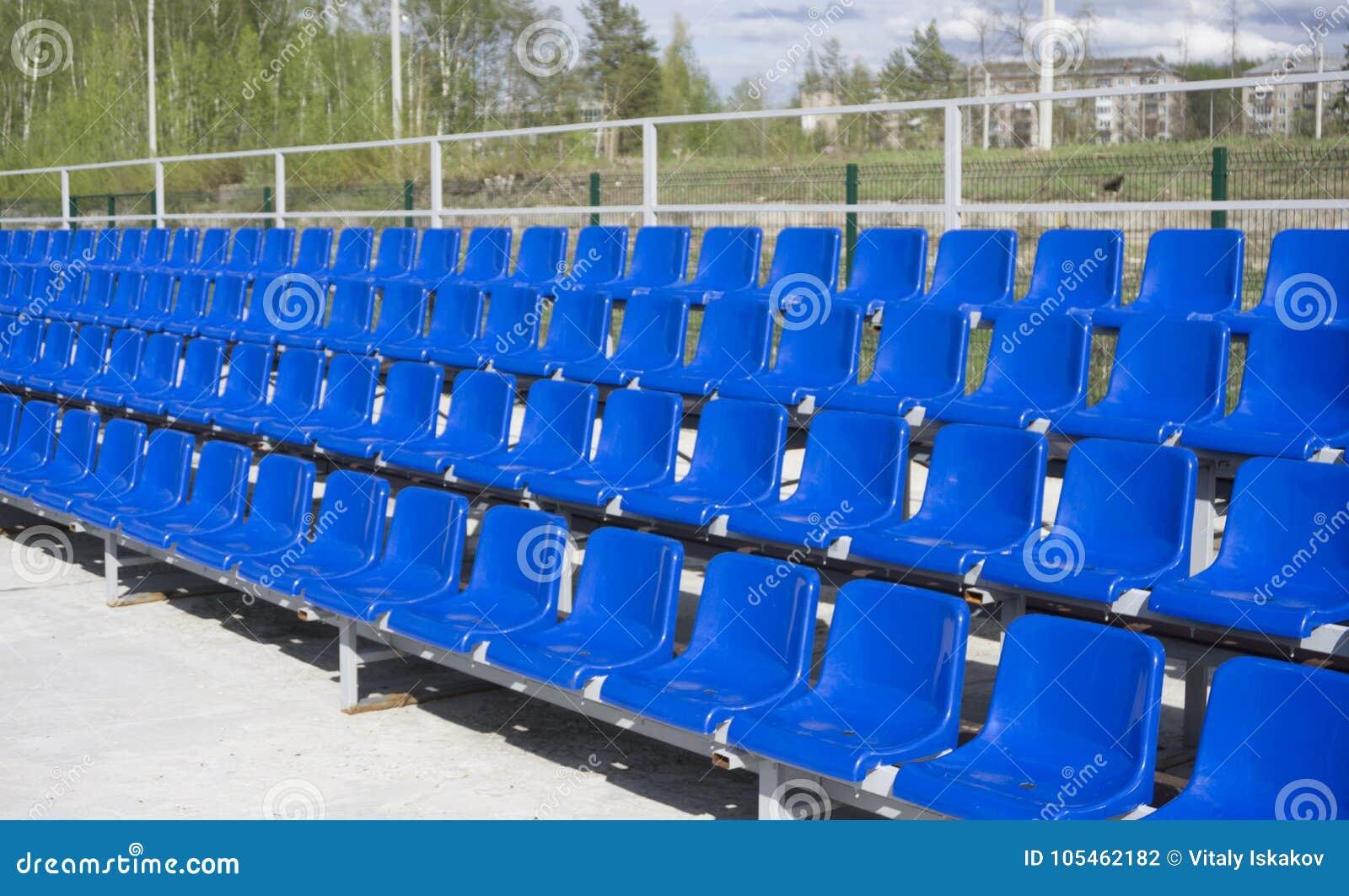 Błękit, czerwień, biali rzędy siedzenia na stadium