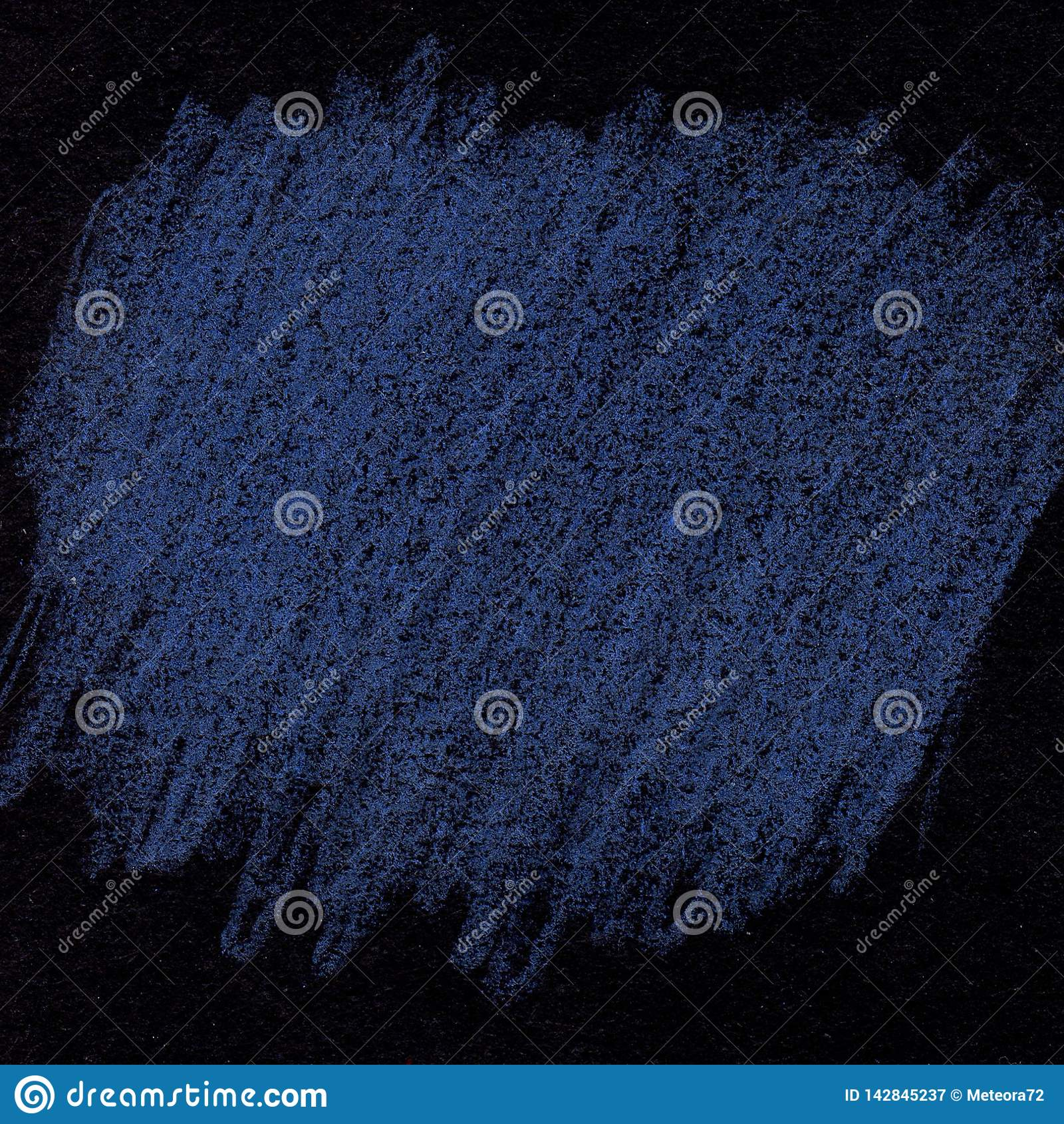 Błękit kredowa tekstura na czarnym tle