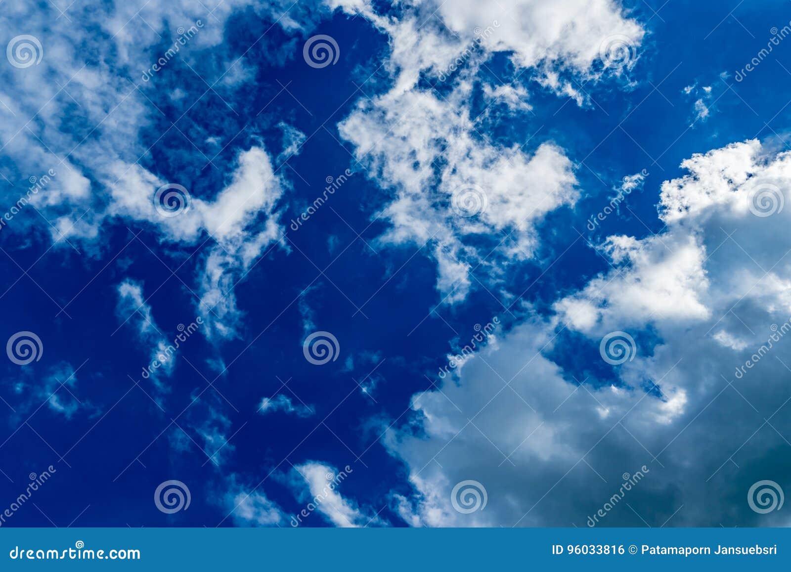 Błękit obłoczny nieba biel