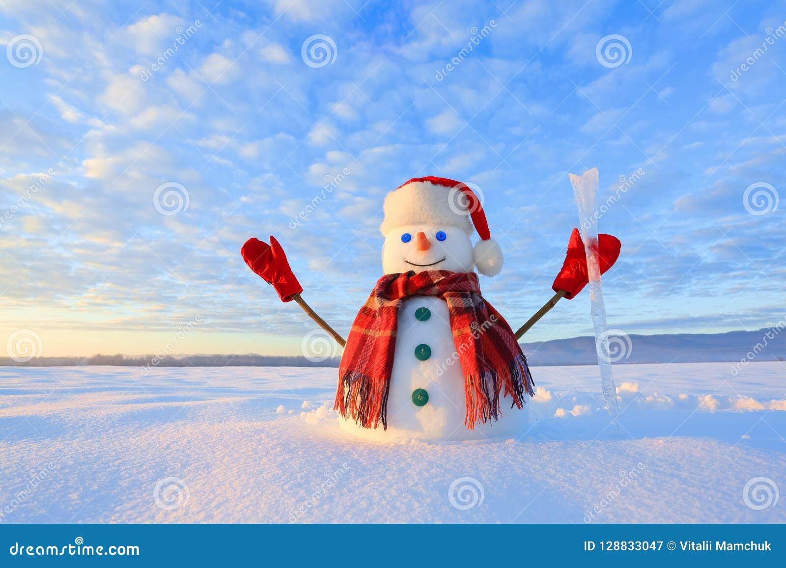 Błękit przyglądający się bałwan Wschód słońca oświeca niebo i chmurnieje ciepłymi kolorami Odbijać na śniegu chmury caucasus kszt