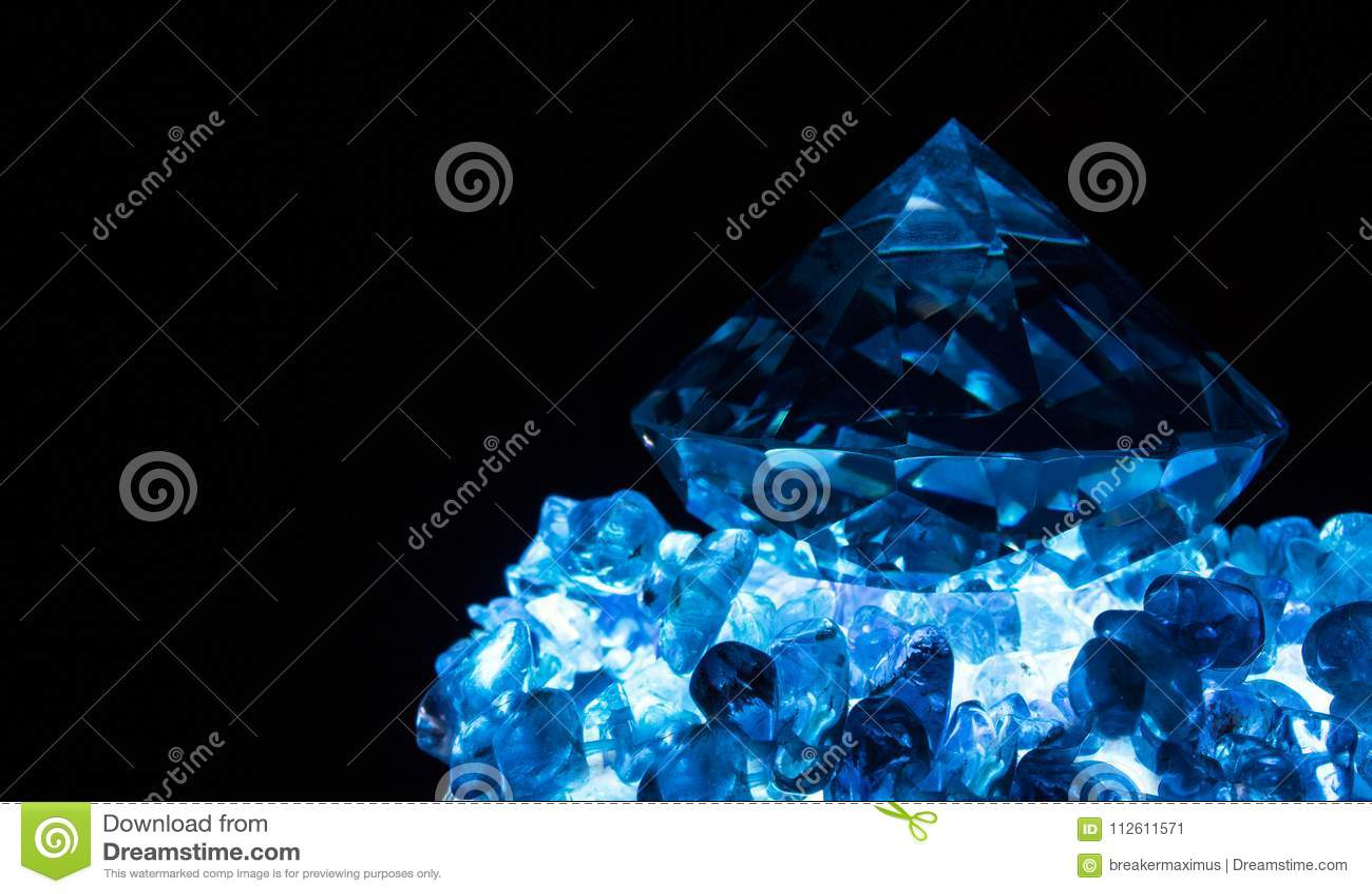 Błękit rozjaśniający diament na kamieniach
