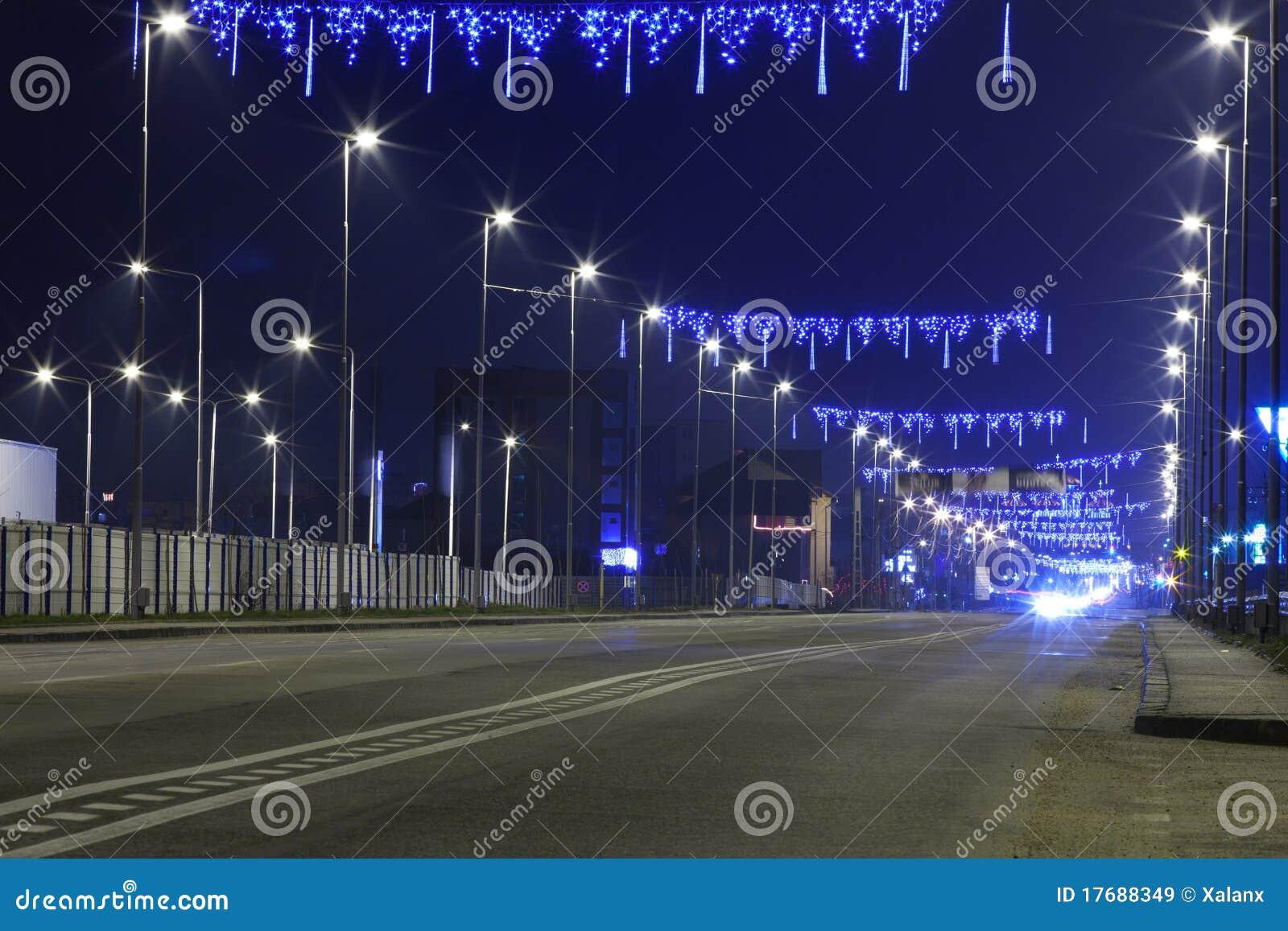 Błękit zaświeca noc drogę
