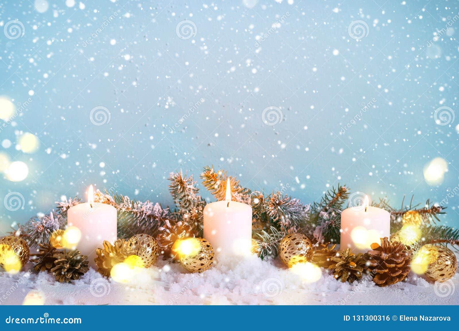Błękitna śnieżna Bożenarodzeniowa kartka z pozdrowieniami Granica jodeł gałąź i płonące świeczki