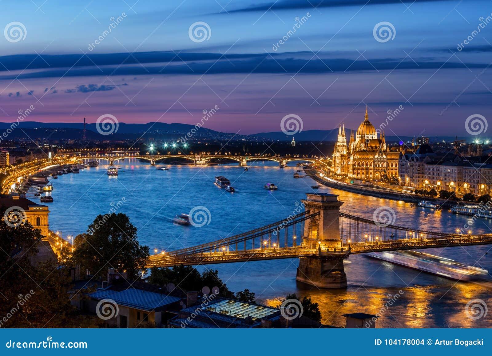 Błękitna godzina w mieście Budapest