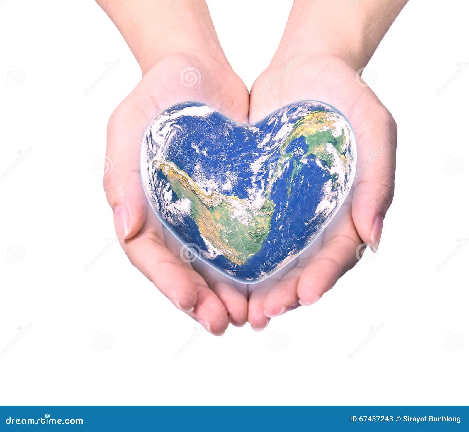 Błękitna planeta w kierowym kształcie nad kobiety istoty ludzkiej rękami odizolowywać