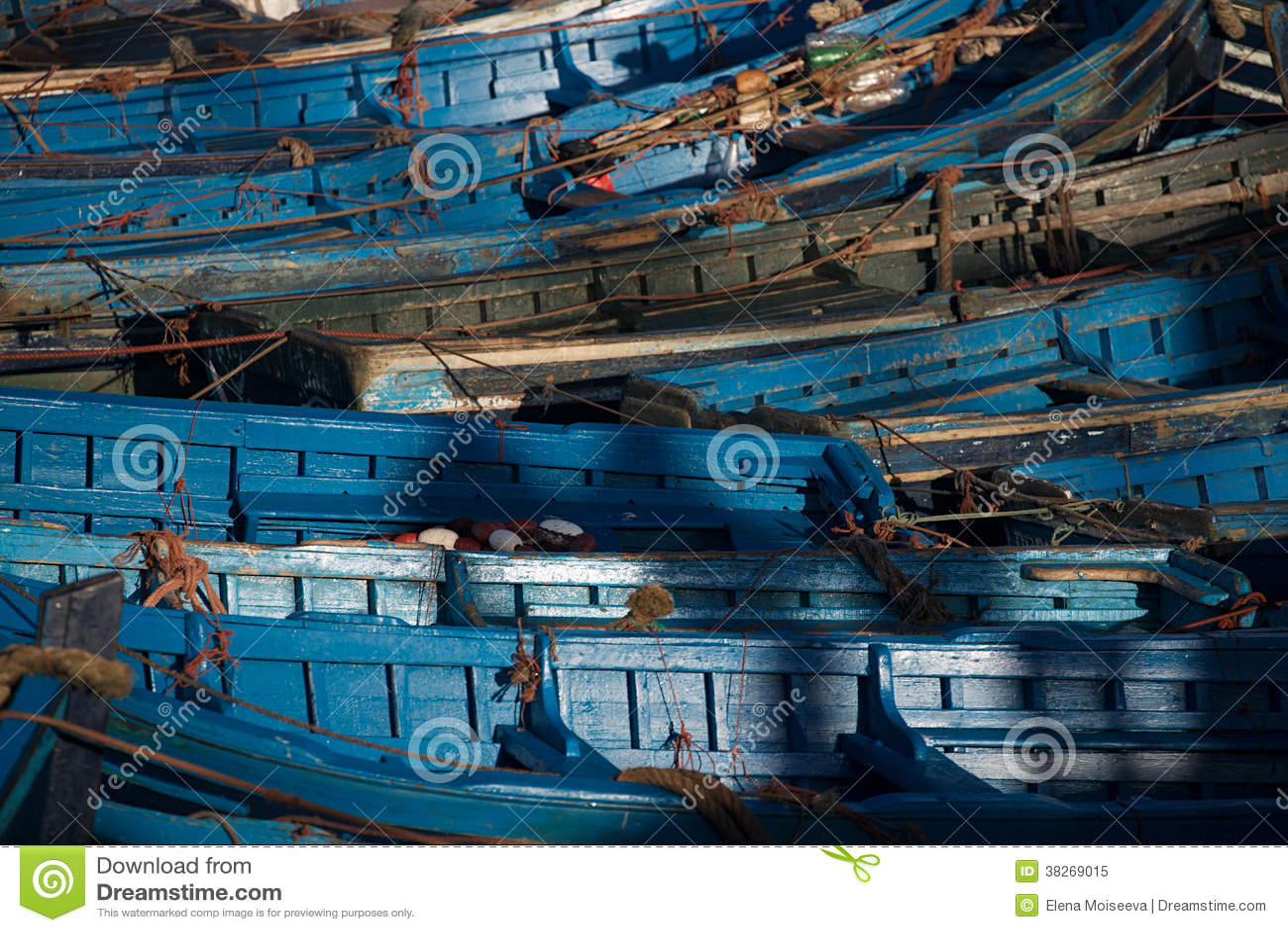 Błękitne łodzie rybackie w Essaouira schronieniu, Maroko