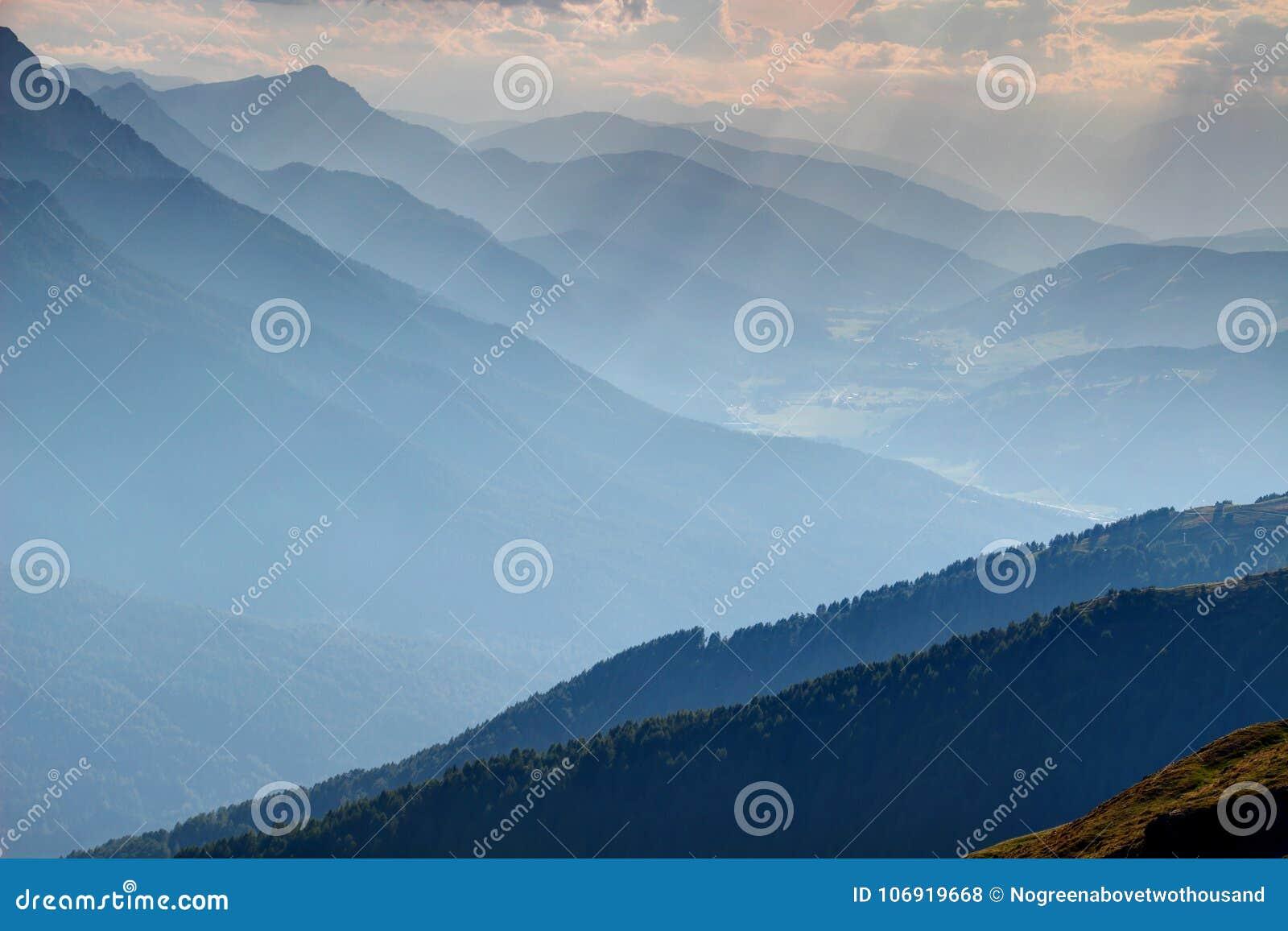 Błękitne nasłonecznione sylwetki granie przy lato zmierzchem Val Pusteria
