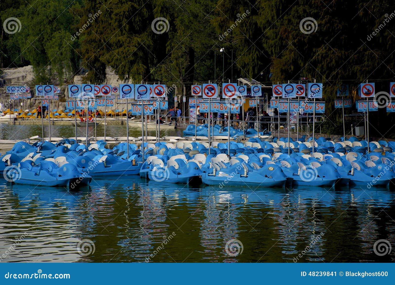 Błękitne Paddle łodzie
