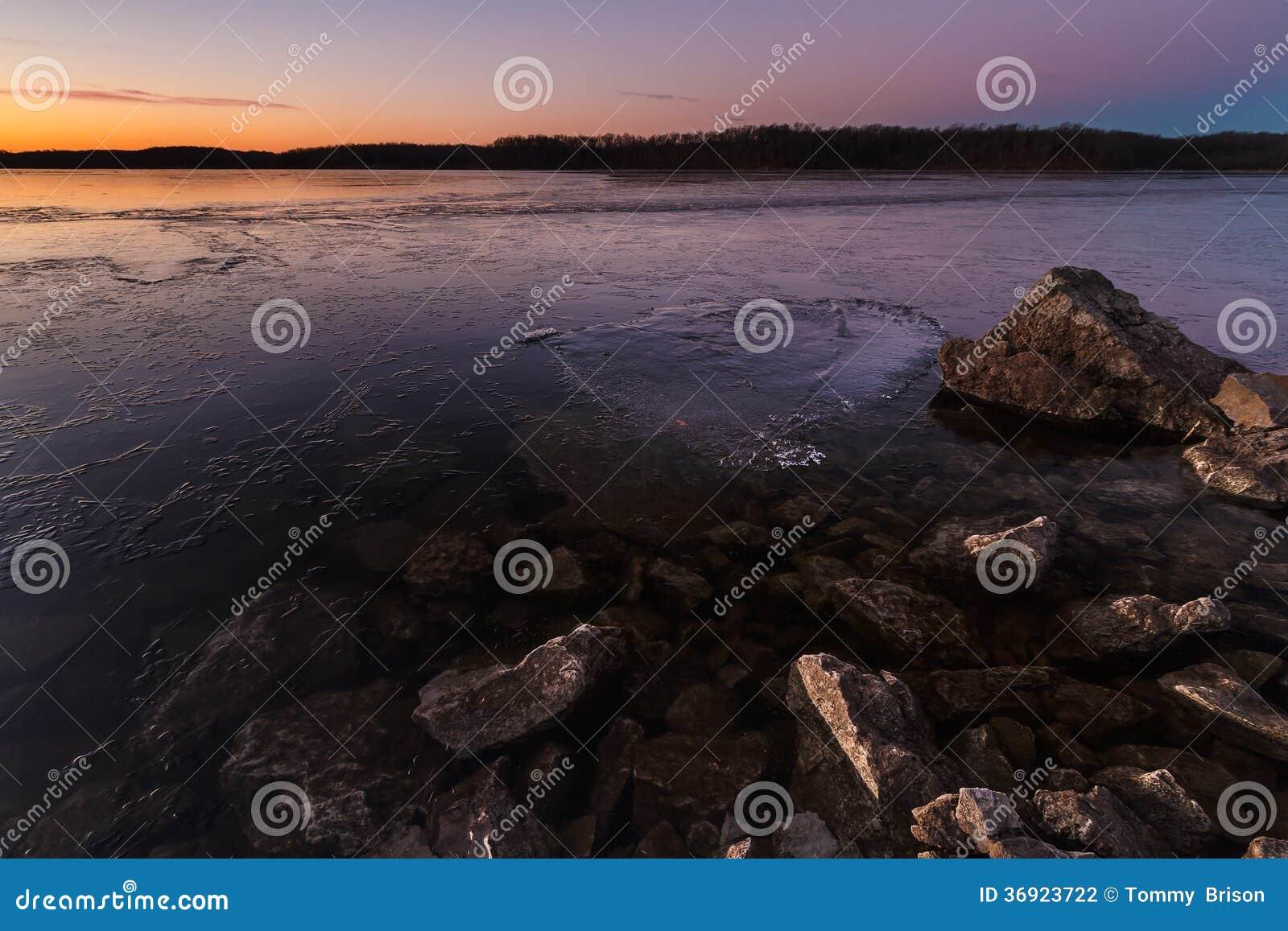 Błękitne wiosny Jeziorne przy wschodem słońca na Jan 20th, 2014