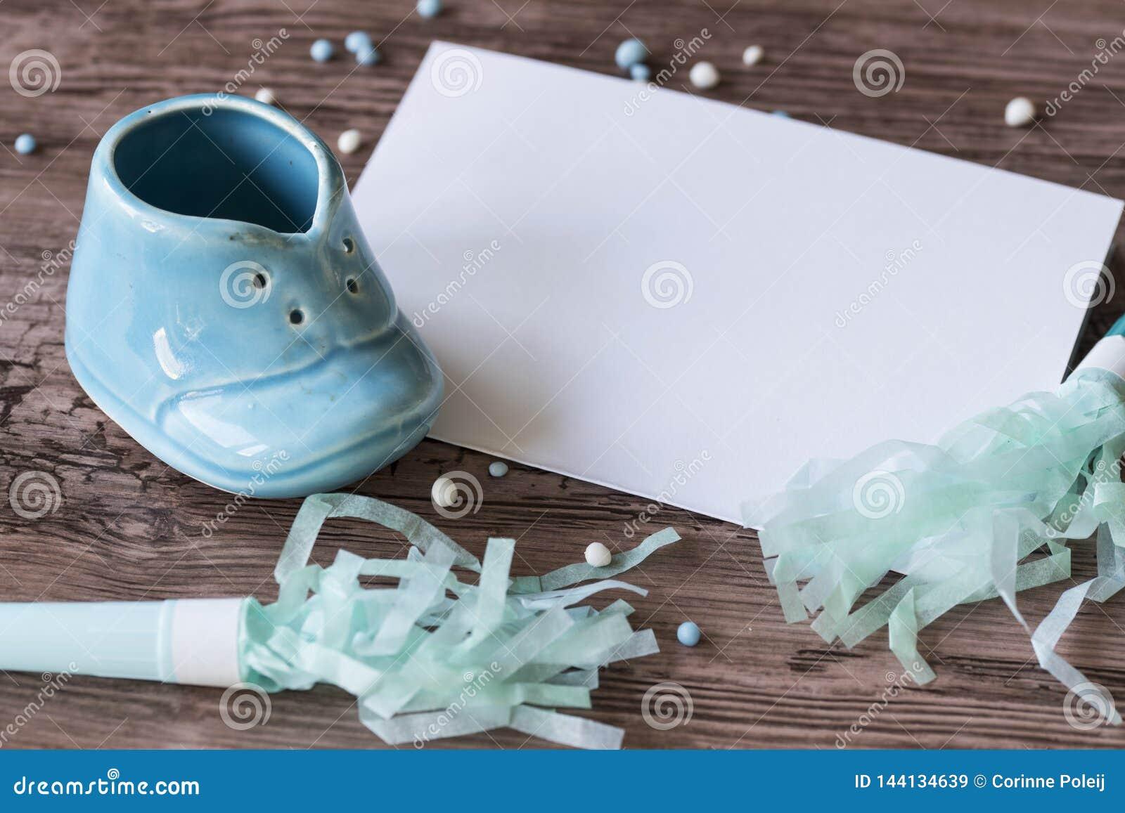 Błękitnego dziecka papieru i buta trąbki z blanco papier dla pisać posiadają tekst