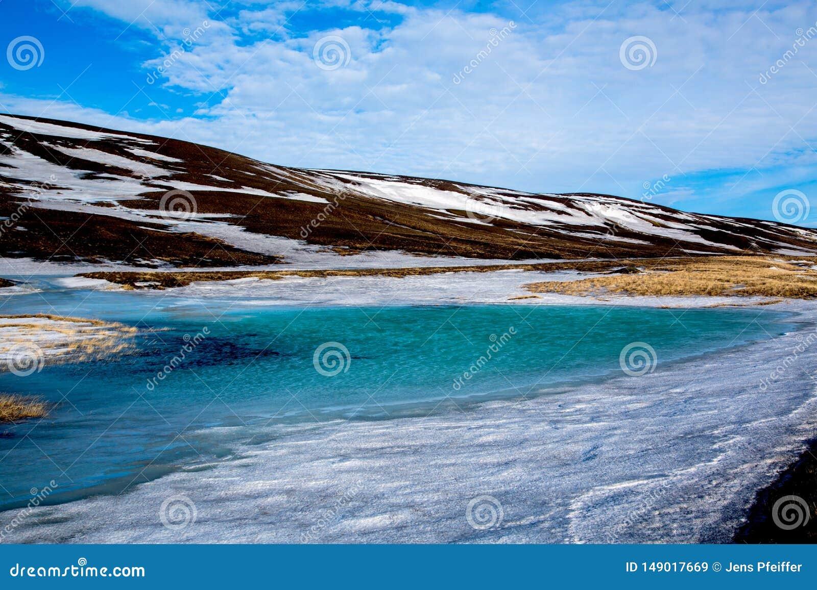 B??kitnej zieleni lodu jezioro w ?redniog?rzach Iceland