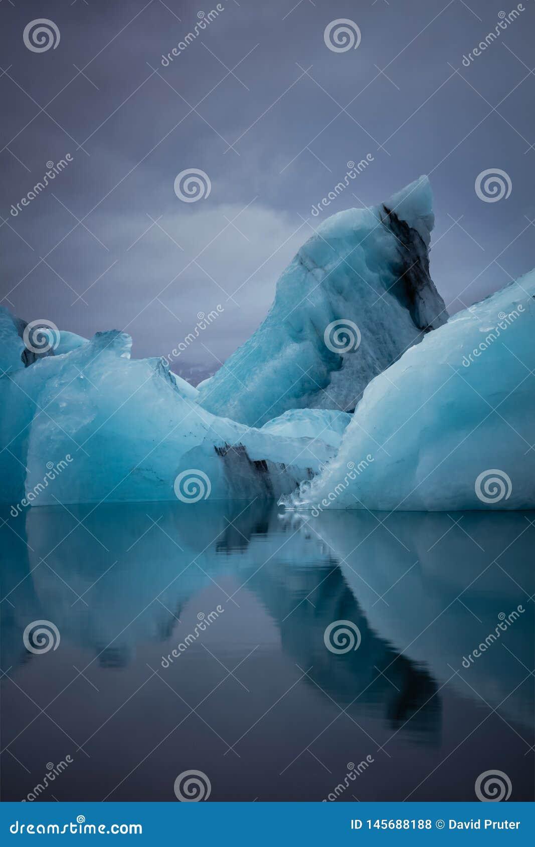 Błękitni lodowów odbicia w Iceland