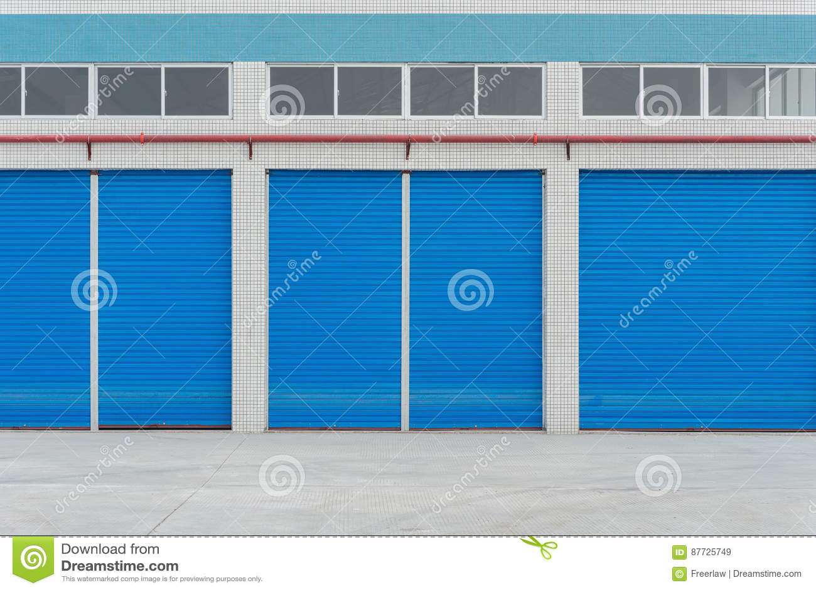 Błękitni metal żaluzi drzwi na reklama sklepie
