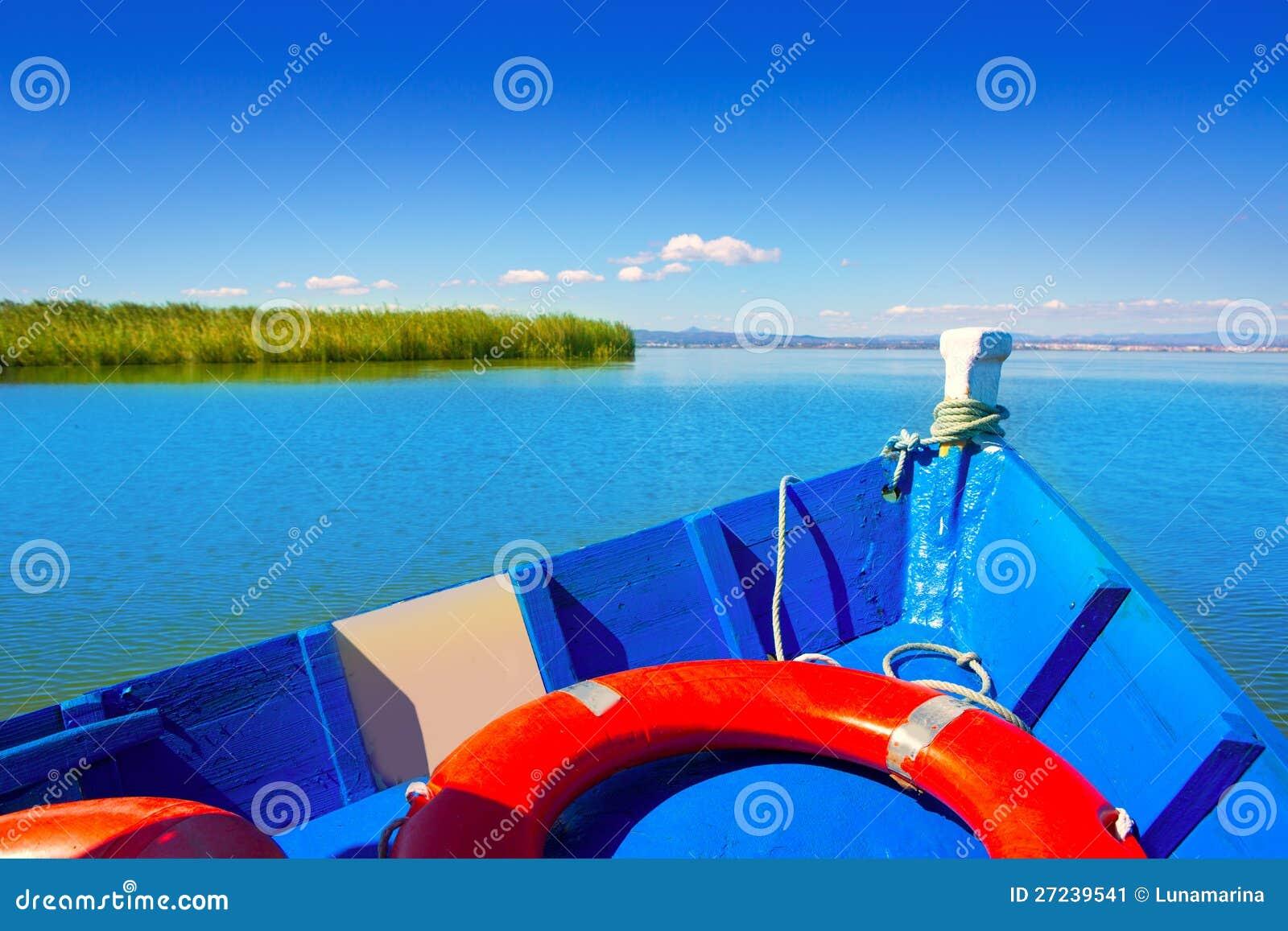 Błękitny łódkowaty żeglowanie w Albufera jeziorze Walencja