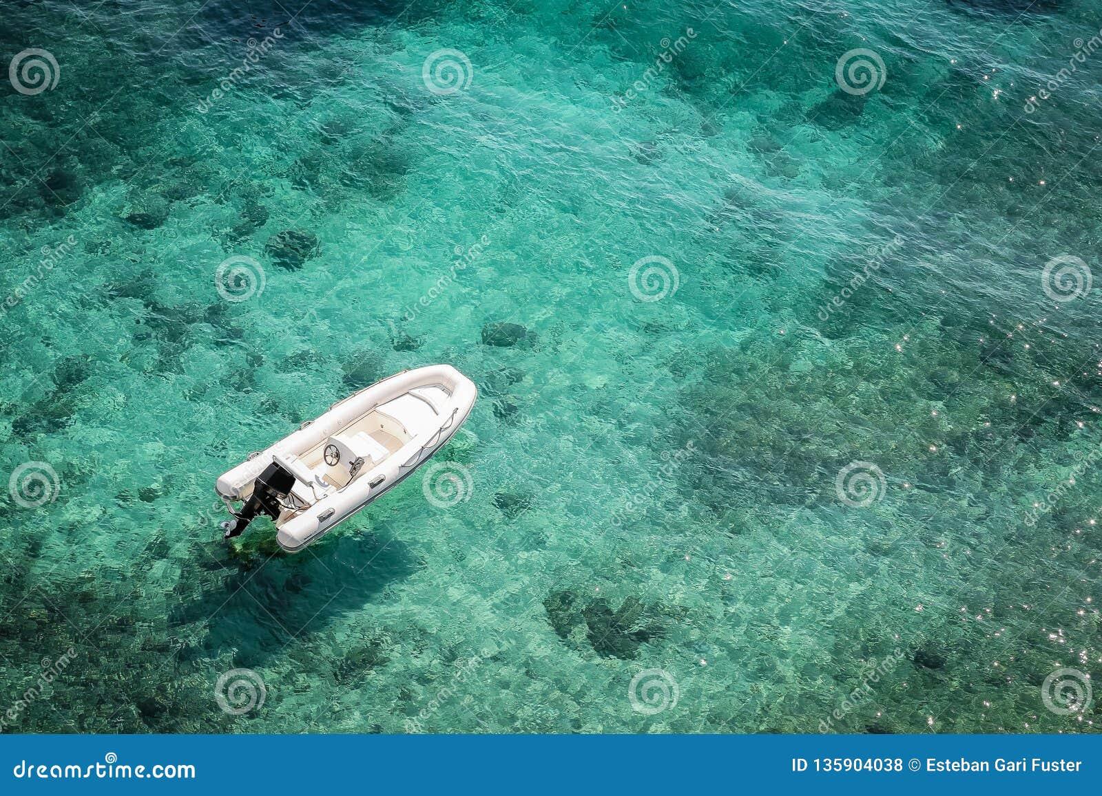 Błękitny łódkowaty morze