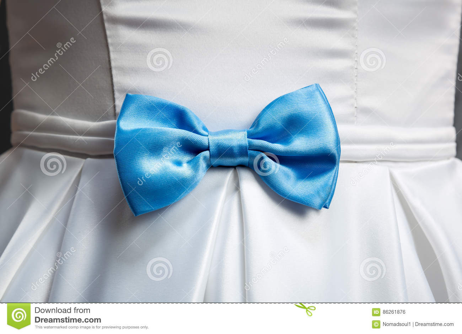 Błękitny łęk na białej ślubnej sukni
